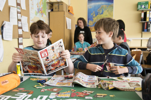 Kinder in der Grundschule basteln
